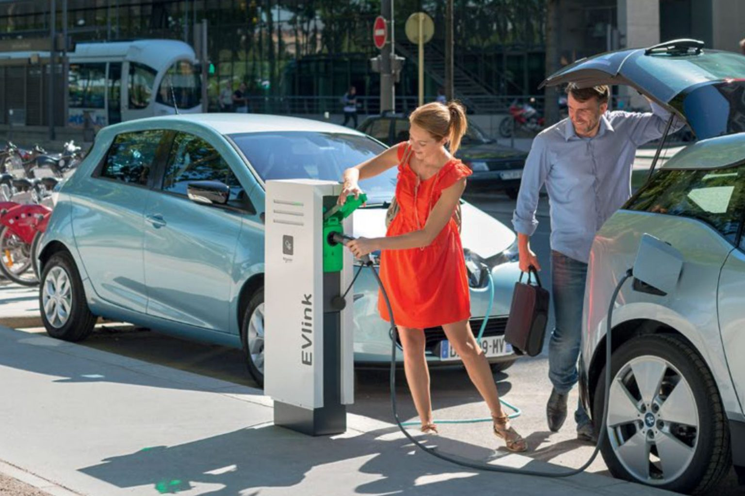 microngroup-schneider-EVlink-vehicle-charger-on street